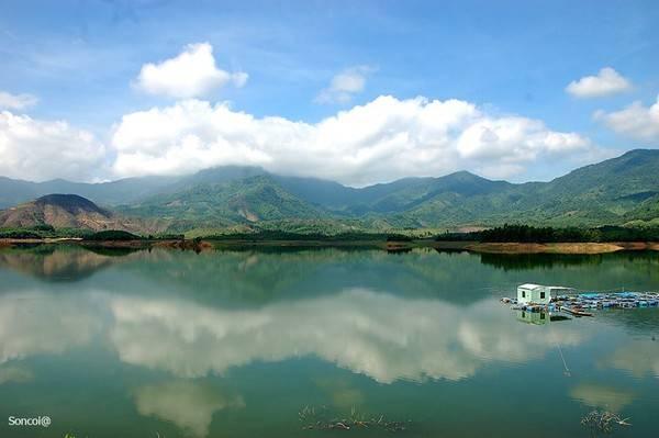 Hồ thủy điện Hòa Trung.