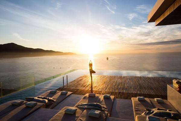 Hồ bơi tràn biển siêu đẹp tại khách sạn này.