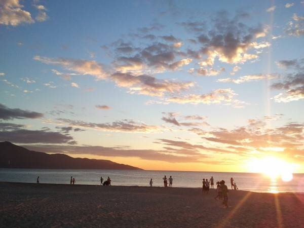 Tắm biển ngắm bình minh vào sáng sớm.