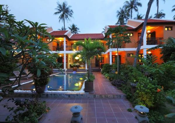 Khách sạn Zenora Beach and Resort lãng mạn khi về chiều.
