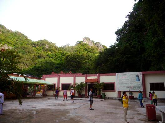 Du lịch Kiên Giang - Cổng chính và cổng phía bên trong chùa Hải Sơn