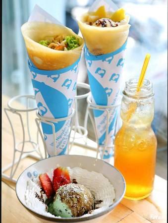 Khác với bánh crepe Pháp thường được phục vụ cầu kì trên đĩa, bánh Crepes Nhật khi hoàn tất sẽ được cuộn thành hình cây kem ốc quế, mang đến khách hàng cách thức thưởng thức mới mẻ, đồng thời thuận tiện cho thực khách mang đi.