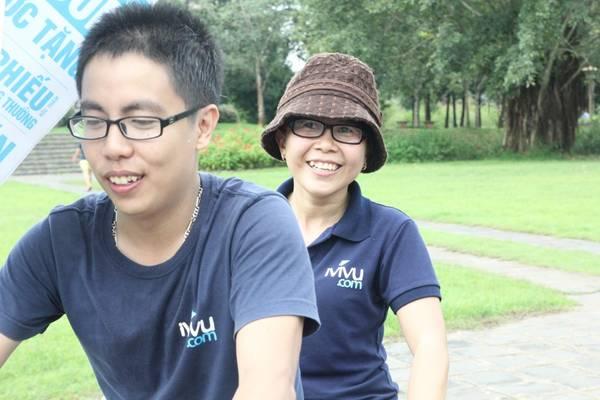 Các thành viên Ban giám đốc của iVIVU.com cũng vui vẻ tham gia hoạt động dã ngoại.