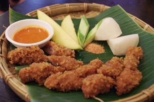 Du lịch Hà Nội - Nem chua rán Hà Nội không đậm đà như nem chua Thanh Hóa nhưng lại có vị béo ngậy, thơm ngon. Ảnh: Conoviettravel.