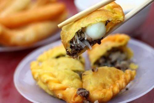 Du lịch Hà Nội - Bánh gối và bánh rán mặn thường có nhân giống nhau với miến, mộc nhĩ và thịt heo băm. Ảnh: Trần Quỳnh.