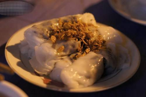Du lịch Hà Nội - Nhân của loại bánh này gồm thịt heo băm, mộc nhĩ và cả nấm hương hấp chín. Ảnh: Devlamsao.