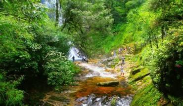 Sau 20 phút di chuyển qua rừng trúc và men theo con đường đất đỏ, du khách sẽ bắt gặp con suối Vàng. Chỉ cần leo lên thượng nguồn là có thể tận mắt chứng kiến thác Tình yêu. Ảnh: Vnexpress