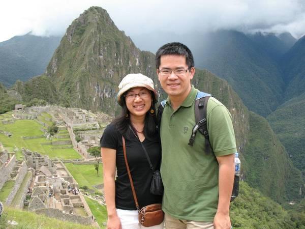 Du lịch Mỹ - Anh Hiển chụp hình cùng vợ trong một chuyến du lịch.