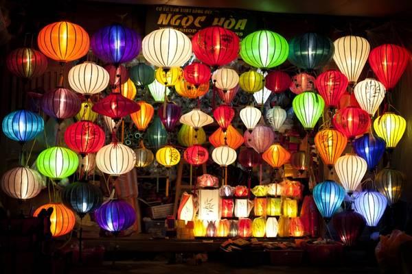 Du khách đến Hội An thường mua những chiếc đèn lồng xinh xắn về làm quà.