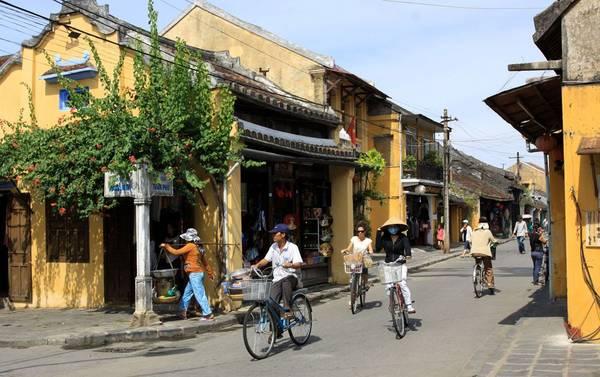 Xe đạp là phương tiện đi lại chủ yếu trong phố cổ.