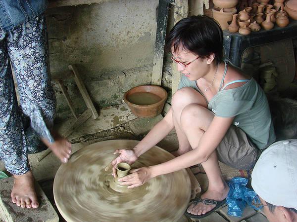 Du khách thích thú với trải nghiệm tập làm gốm tại làng gốm Thanh Hà.