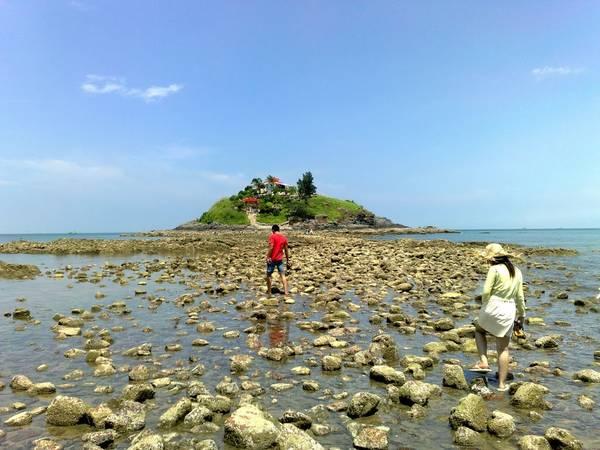 Khi thủy triều xuống, du khách có thể đi bộ ra Hòn Bà.