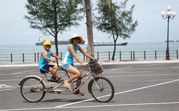 Rất nhiều du khách lựa chọn xe đạp là phương tiện đi lại khi du lịch Vũng Tàu.