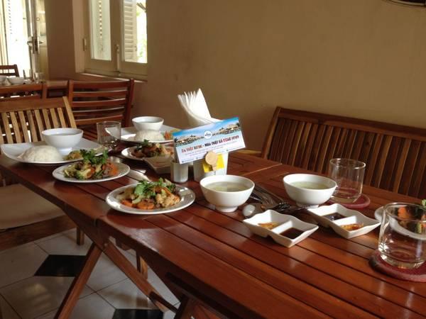 Khách hàng sẽ nhận được những Voucher giảm giá 10% khi đặt phòng qua hệ thống của iVIVU.com, khi thưởng thức ẩm thực tại các nhà hàng đối tác của iVIVU.com. Ảnh: iVIVU.com
