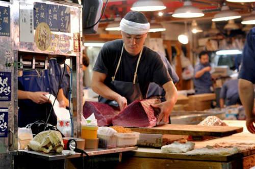 Chợ cá Tsukiji vào buổi sáng rất đông đúc và nhộn nhịp.