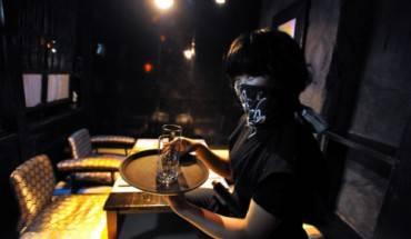 Được phục vụ bởi ninja áo đen bịt mặt, bạn sẽ thấy hứng khởi vô cùng. Ảnh: Japantimes