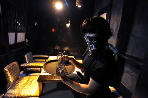 Được phục vụ bởi ninja áo đen bịt mặt, bạn sẽ thấy hứng khởi vô cùng.