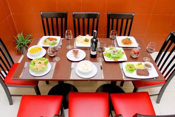Nhà hàng có thực đơn rất phong phú và đa dạng, phù hợp với nhiều sở thích khác nhau của thực khách.