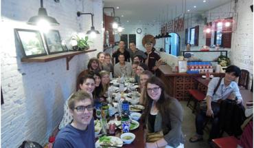 Rất nhiều khách hàng là người nước ngoài cũng rất yêu thích hương vị món ăn tại đây. Ảnh: Sadec Quán