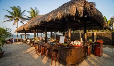 Khu vực quầy bar bên bãi biển của khu nghỉ dưỡng Victoria Hội An Beach Resort & Spa. Ảnh: cntraveler