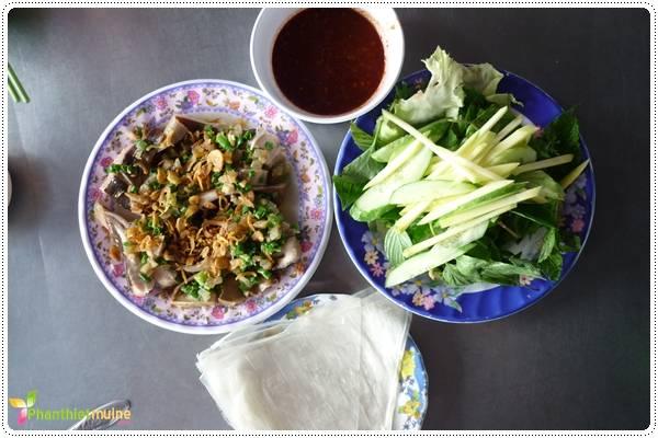 Cá lồi xối mỡ  cuốn bánh tráng được bán ở rất nhiều quán nhậu trên đường Phạm Văn Đồng - Phan Thiết (bờ kè sông Cà Ty).
