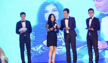 Diva Thanh Lam đang xướng tên khách mời may mắn nhận phần thưởng đến từ iVIVU.com.
