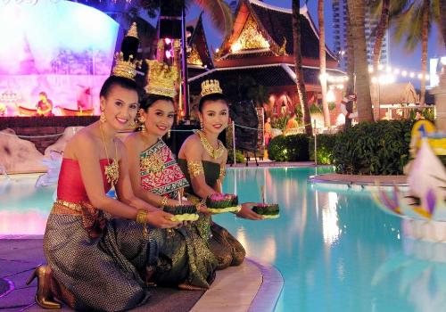 Các cô gái Thái xinh đẹp trong trang phục truyền thống đang thả đèn hoa đăng.