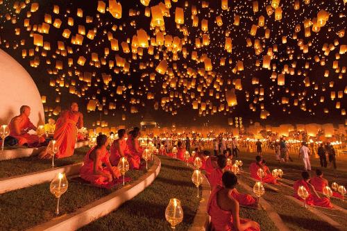 Hàng nghìn chiếc đèn trời được người dân và khách du lịch Thái Lan thả vào dịp lễ hội Loy Krathong.