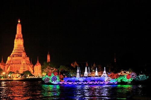 Hoạt động rước thuyền và thả hoa đăng làm sáng rực hai bờ sông Chao Phraya của thủ đô Bangkok.