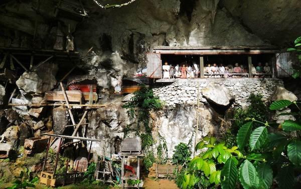 Bộ tộc Toraja sinh sống ở thung lũng Londa, Indonesia được biết đến với nghi lễ chôn cất và mai táng người chết theo cách rất đặc biệt.