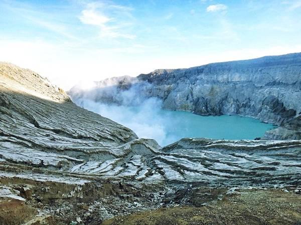 """Hồ Kawah Ijen được mệnh danh """"Cốc axit khổng lồ của tự nhiên""""."""