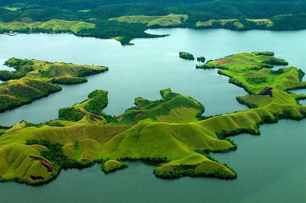 Sentani là một hồ nước yên tĩnh khổng lồ nằm ẩn sâu trong các đảo của Papua.