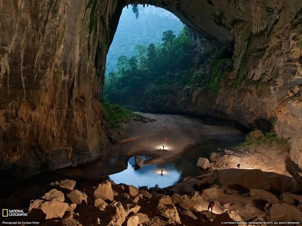 Hang Sơn Đoòng thuộc quần thể hang động Phong Nha - Kẻ Bàng (Sơn Trạch, Bố Trạch, Quảng Bình). Cho tới nay, đây luôn được coi là hang động tự nhiên lớn nhất thế giới từng được phát hiện.