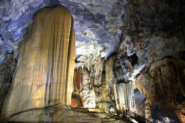 Trải qua hàng triệu năm dưới tác động của ngoại lực, Sơn Đoòng sở hữu những cột măng đá cao tới 70m.