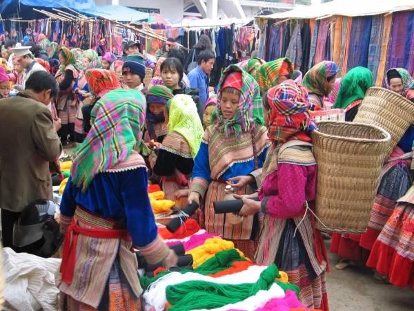 Người dân đang mua bán tại chợ phiên Bắc Hà.