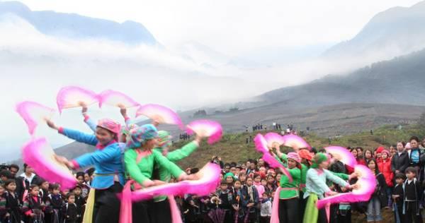 Lễ hội xuống đồng trong mây núi Sa Pa.