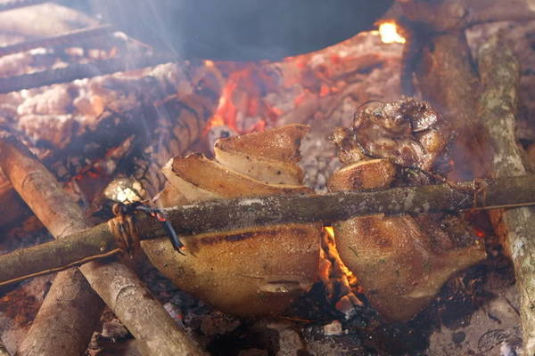 Món thịt lợn cắp nách nướng Sa Pa.