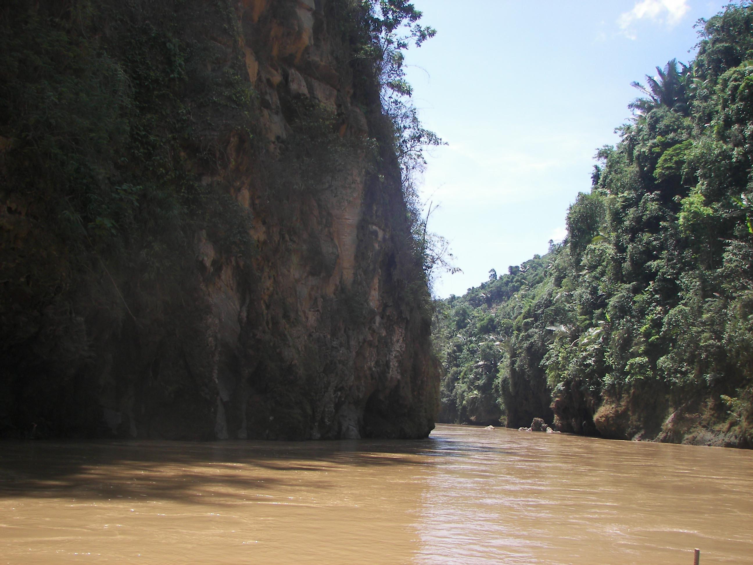 Khu vực để vào thắng cảnh Hang Tiên.