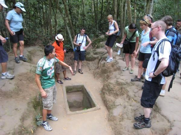 Du khách nước ngoài đang thăm quan Địa đạo Củ Chi.