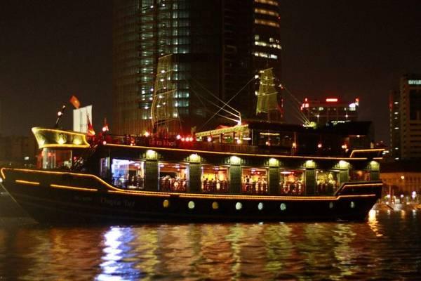 Đi thuyền tham quan sông Sài Gòn vào buổi tối.