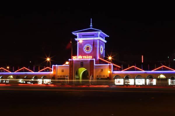 Vẻ đẹp của chợ Bến Thành vào buổi tối.