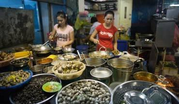 Du lịch Sài Gòn khám phá 5 khu phố ẩm thực nổi tiếng. Ảnh: saigoneer