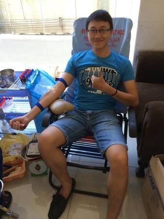 """Nhân viên iVIVU.com tràn đầy năng lượng khi tham gia """"Giọt máu cứu người""""."""