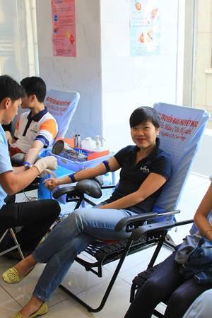 Bà Đỗ Thị Thúy Hằng, CEO iVIVU.com cũng tham gia hiến máu nhân đạo.