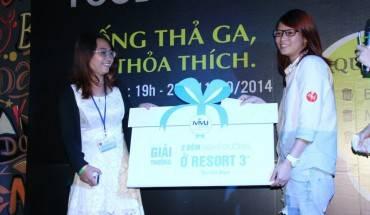 Khách hàng nữ may mắn nhận được giải đặc biệt 2 đêm nghỉ dưỡng ở resort 3 sao tại Việt Nam thuộc hệ thống iVIVU.com. Ảnh: Foody.