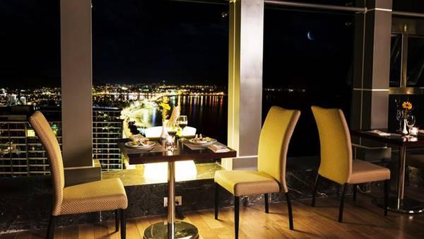 Nhà hàng với tầm nhìn bao quát thành phố.