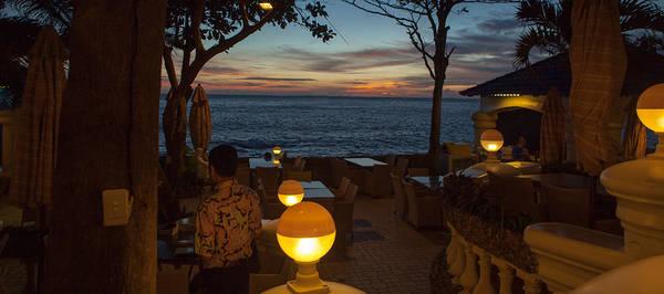 Khu vực nhà hàng sát biển sang trọng.