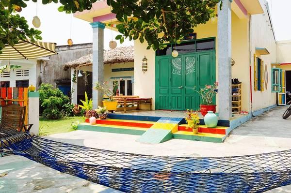 """The Hoi An Hippie House gây ấn tượng với du khách ngay từ cái nhìn đầu tiên nhờ những màu sắc trang trí """"bắt mắt"""". Ảnh: Facebook The Hoi An Hippie House"""