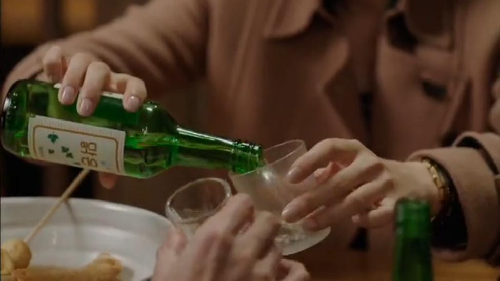 Du lịch Hàn Quốc nên tránh việc từ chối lời mời rượu từ người lớn.