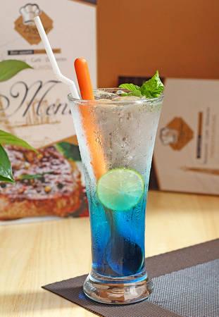 Những ly soda nhiều mùi vị và sắc màu tại Bonjour Resto' sẽ khiến bữa ăn của bạn thêm hoàn hảo.